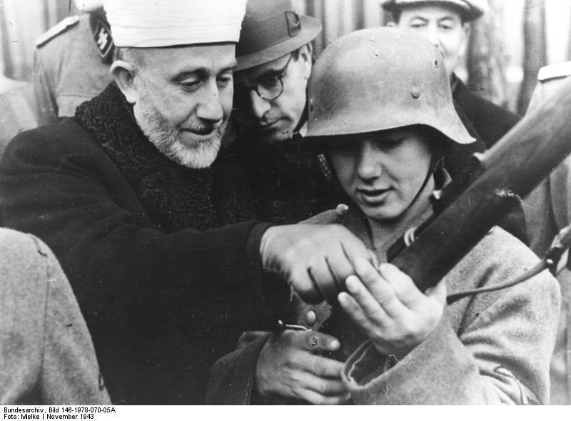 Der Großmufti von Jerusalem bei den bosnischen Freiwilligen der Waffen-SS, Nov. 43 Der Großmufti Amin al Husseini überzeugt sich von der Ausbildung am Gewehr.